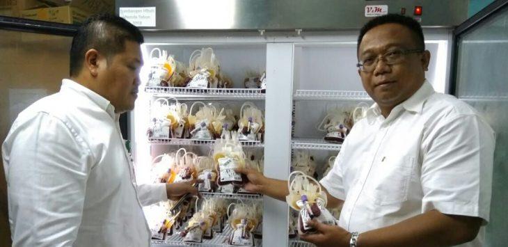 Lalam Marthakusumah, SE.MSi, saat bersama wakil direktur pelayanan bayu asih dr.Deni Darmawan saat mengecek persediaan darah./Foto: Ade