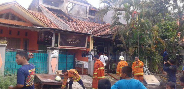 Sebuah rumah di perumahan Nuansa Majasem, Kelurahan Majasem, Kota Cirebon, dilalap si jago merah./ Foto: Alwi