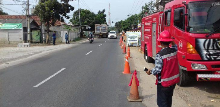 Satu Unit Mobil Pemadam Kebakaran yang disiagakan dilokasi pekerjaan Galian Pipa Gas PGN, menambah rasa cemas warga masyarakat./Foto: Ade