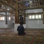 Warga saat melakukan iktikaf di Masjid Kuno Gamel Cirebon. Foto: Dede/pojokjabar.com