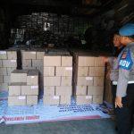 Surat suara pilkada Jawa Barat yang sudah diterima KPU Kabupaten Cirebon, dijaga ketat petugas keamanan. Foto: Dede/pojokjabar.com