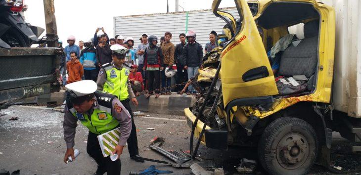 Petugas kepolisian saat mengevakuasi kecelakaan beruntun Foto: Dede/pojokjabar.com
