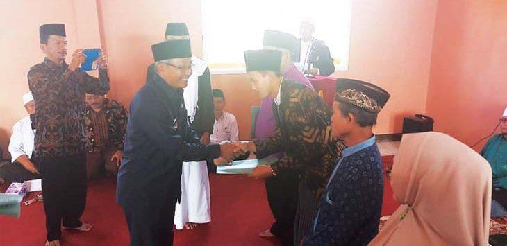 SERAHKAN INSENTIF: Pjs Bupati saat menyerahkan bantuan insentif kepada ustadz yang tersebar di berbagai pondok pesantren di Kabupaten Sumedang. Ist