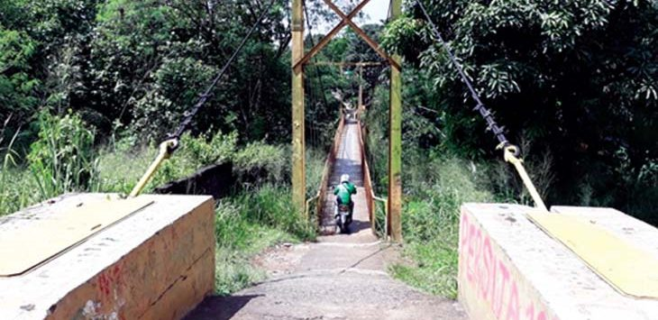 Seseorang sedang melintas di Jembatan Kuning yang menghubungkan antara Kelurahan Kalimulya Cilodong, dan Kelurahan Ratujaya Cipayung, yang semakin tidak terawat. RUBIAKTO/RADARDEPOK