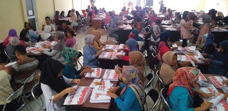 SORTIR SURAT SUARA: Penyortiran dan pelipatan surat suara dilakukan oleh 300 orang warga sekitar KPU Sumedang. Pada hari pertama ditemukan sejumlah surat suara yang rusak. Agung Gunawan/Radar Sumedang
