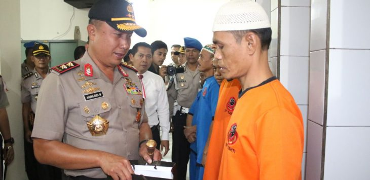 Kapolda Jabar berikan sarung pada tahanan jelang Ramadhan./Foto: via Rmoljabar