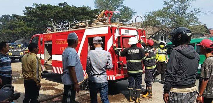 DAMKAR: Armada pemadam kebakaran dikerahkan untuk menjinakan api yang membakar satu rumah dan delapan kontrakan.TOHA HAMDANI/RADAR SUMEDANG