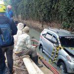 BERENANG: Avanza warna silver Z 1096 AF terperosok kedalam proyek pelebaran saluran Drainase setinggi 1 meter di Jalan Raya Bandung - Garut, Jum'at (18/05). TOHA HAMDANI/RADAR SUMEDANG