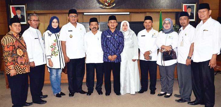 SINERGI: Wakil Walikota Depok Pradi Supriatna bersama pengurus Kemenag Kanwil Jabar dan Kemenag Kota Depok usai melaksanakan seremoni pengangkatan Asmawi menjadi Kepala Kemenang Depok yang baru di Bandung. Ist