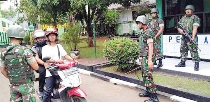 KETAT: Anggota TNI Bersenjata lengkap saat berjaga di Makodim 0508 Depok. Aji Hendro/Metro Depok