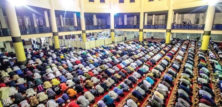 SHALAT TARAWIH : Ribuan umat muslim melaksanakan Salat Tarawih perdana di Masjid Raya Bandung, Jalan Dalem Kaum, Rabu (16/5/18). RIANA SETIAWAN/RADAR BANDUNG