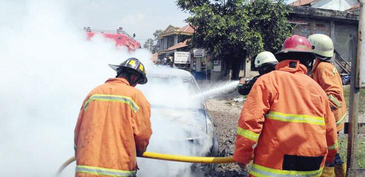 TERBAKAR: Petugas Pemadam Kebakaraan berusaha memadamkan api. Gani/Radar Karawang