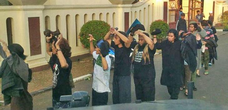 Para narapidana kasus terorisme saat menyerahkan diri di Mako Brimob Kelapa Dua, Depok, Jawa Barat, Kamis (10/5) pagi./Foto: via Jawapos