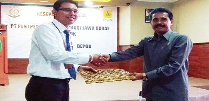 KOMPAK: Manajer PLN Area Depok, Putu Eka Astawa dan Kajari Depok, Sufari saat menandatangani kesepakatan kerjasama antara kedua belah pihak. Ist