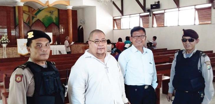 ANTISIPASI: Petugas dari Polresta Depok saat menjaga dan patroli di gereja di Kota Depok, sebagai upaya antisipasi akibat adanya bom yang meledak di tiga tempat ibadah di Surabaya, Jawa Timur, Minggu (13/5/18). Irwan/Radar Depok