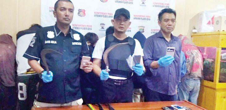 KENAKALAN : Polisi menunjukkan senjata tajam yang digunakan para pelaku. Aji Hendro/Metro Depok