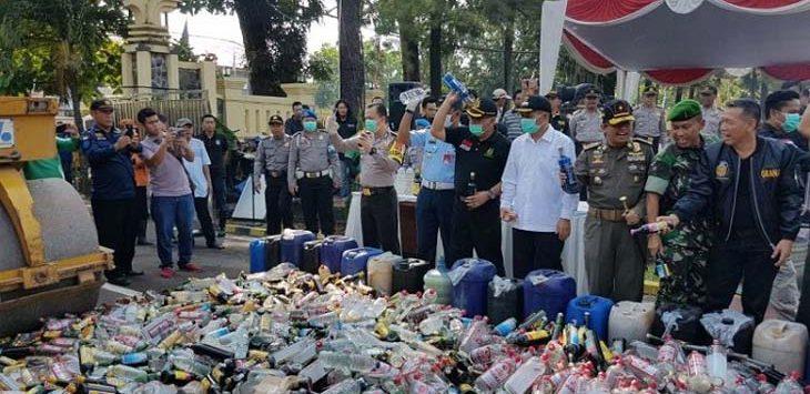 PEMUSNAHAN: Ribuan miras dimusnahkan di Makopolres Subang, Jumat (11/5/18). MOHAMAD ANWAR/RADAR BANDUNG