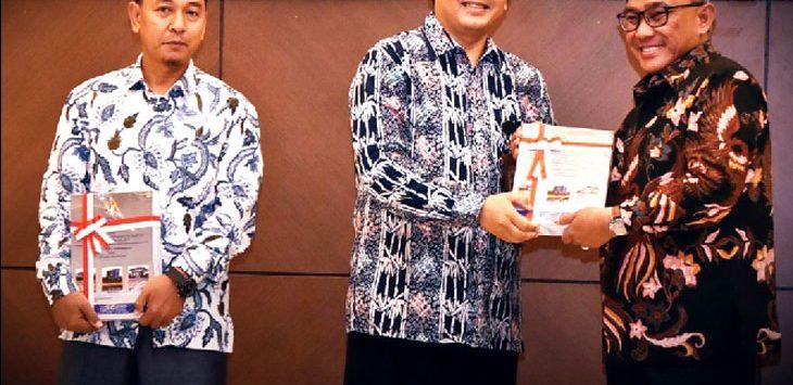 DIGANJAR: Walikota Depok Mohammad Idris menerima penghargaan opini wajar tanpat pengecualian(WTP) yang ke tujuh kalinya dari BPK Provinsi Jawa Barat untuk semester satu 2018. Penyerahan penghargaan itu di Auditorium Lantai 5 Gedung, Bandung, Rabu (30/5/18). Ist