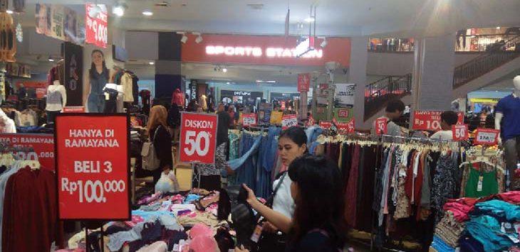 SERBU : Ramayana Plaza Depok kian diburu pengunjung karena memberikan diskon besar-besaran untuk produk fesyen. Febrina/Radar Depok