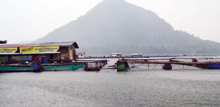 BISA MAKAN SAMBIL MANCING: Rumah makan Kampung Air Jabar terdapat di tengah-tengah waduk Jatiluhur. Gani/Radar Karawang