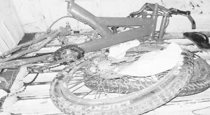 Sepeda angin yang dikendarai korban patah dua setelah ditabrak. ASEP KURNIA/RADAR KARAWANG