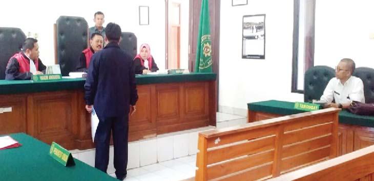 DITUNDA: Sidang Derden Verset sengketa lahan Pasar Kemirimuka harus ditunda, lantaran tergugat PT Petamburan Jaya tidak memenuhi panggilan majelis hakim. RUBIAKTO/Radar Depok