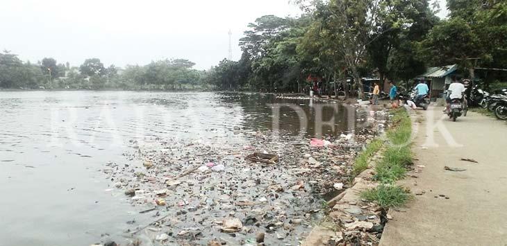 BERSERAKAN: Wujud sampah yang mengapung di permukaan Situ Cilodong. INDRA SIREGAR/RADAR DEPOK
