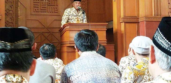 KULTUM: Walikota Depok Mohammad Idris memberikan kultum kepada ASN di Masjid Agung Balaikota Depok, kamis (17/5/18). Irwan/Radar Depok