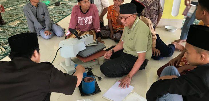 Sejumlah santri di ponpes belajar desain kaligrafi