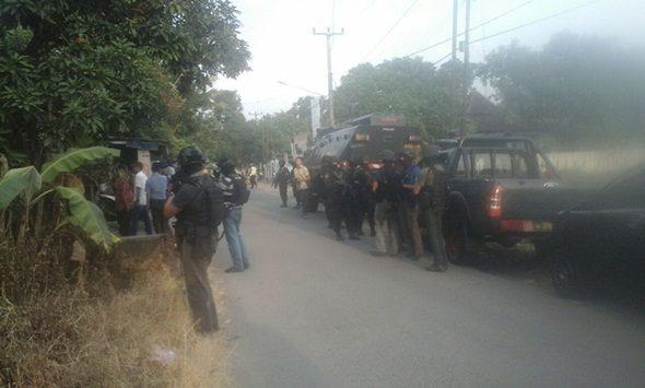 Tim Gegana Polda Jabar sedang berjaga-jaga dalam penggerebegan terduga teroris di Desa Jemaras Kidul, Kecamatan Klangenan, Kabupaten Cirebon. Foto: Alwi