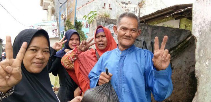 Warga masyarakat saat disapa para relawan A2 dengan Takjil untuk berbuka puasa../Foto: Ade