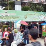 RAMAI: Warga Kecamatan Cisaat memadati Pasar Ramadan yang berlokasi di Kompleks Alun-alun Kecamatan Cisaat.