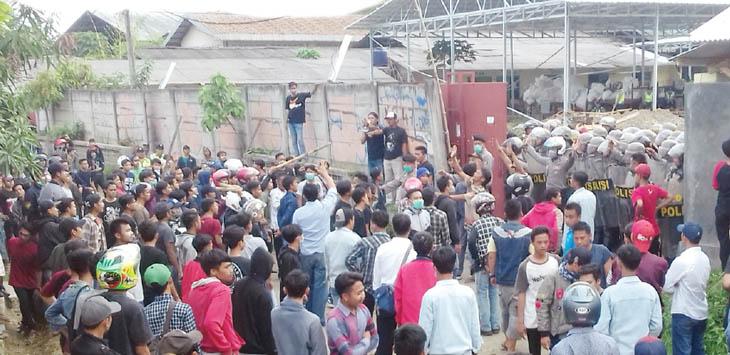 MEMANAS: Ratusan buruh CV BAS terlibat bentrok dengan aparat kepolisian saat melakukan demonstrasi menuntut pembayaran upah pada Senin (28/5) lalu.