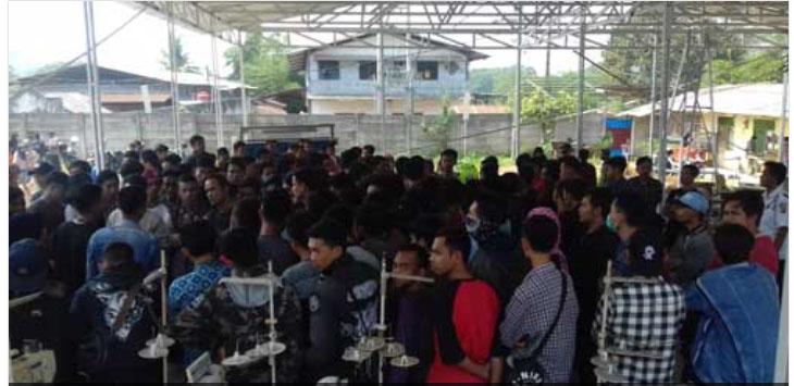 MEMANAS: Ratusan buruh saat adu mulut dengan petugas keamanan ketika melakukan mogok kerja di halaman CV BAS