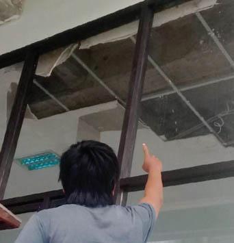 Salah satu atap di GOR Merdeka sudah rusak