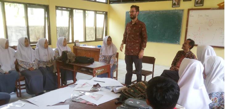 GURU ASING: Jason (24), sedang mengajar Bahasa Inggris di SMKN 1 Cilaku.