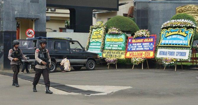 Karangan bunga terpajang di depan Mako Brimob Kelapa Dua Depok, Jawa Barat. Sosok Aman dinilai berperan penting dalam meredam amarah para narapidana terorisme di sana beberapa waktu lalu./Foto: via Jawapos