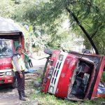TKP : Seorang warga Kampung Padabeunghar, RT 6/2, Desa Padabeunghar, Iwan Jaelani (43), saat menunjukan truk yang terjungkal akibat jalan rusak.