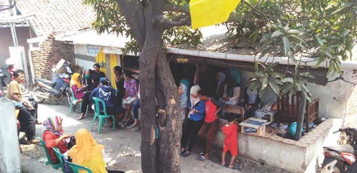 RAMAI : Warga Dusun Gandoang RT 01/08, Desa Pangulah Selatan, Kecamatan Kotabaru saat bertakjiah di kediaman Susilawati yang merupakan korban gantung diri. DOK/Radar Karawang