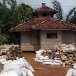 SEGERA DIBANGUN: Masjid Al-Zihad di Kampung Pasir Tarisi RT 2/12, Desa Malati, Kecamatan Naringgul, akan segera dibangun atas bantuan donatur dari komunitas motor Bagong Mogok (BM).