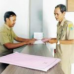 PELAYANAN : Pegawai Kecamatan Kotabaru saat melakukan pelayanan di meja pelayaan.Dok/Radar Karawang