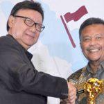 Pj Walikota Sukabumi Dady Iskandar menerima penghargaan UHC JKN-KIS Award tahun 2018