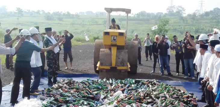 DIMUSNAHKAN: Ribuan botol Miras dimusnahkan di areaPusat Pengembangan Dakwah Islam (Pusbang Dai) Cikembang, Kecamatan Cikembar, Rabu (16/5)