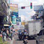 RUSAK: Traffic Light di di perempatan Jalan Ahmad Yani dan Jalan Stasiun Timur Kota Sukabumi mengalami kerusakan.