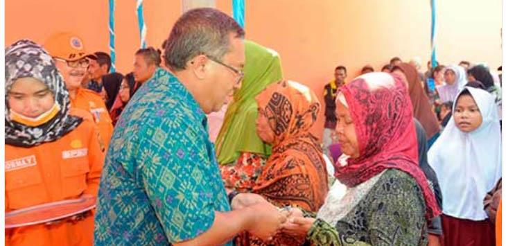 Bupati Sukabumi, Marwan Hamami saat memberikan kunci Huntara kepada warga secara simbolis di Desa Bantarkalong, Kecamatan Warungkiara, Selasa (15/5/2018).