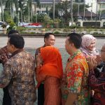 Bupati Bekasi Neneng Hasanah Yasin bersalaman dengan ASN usai apel pagi. Foto : Istimewa
