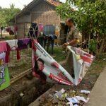 Satpol PP Kabupaten Bekasi menertibkan APK di Kecamatan Karangbahagia. Foto : Istimewa