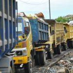 Truk pengangkut sampah membawa sampah ke TPST Burangkeng. Foto : Dokumentasi