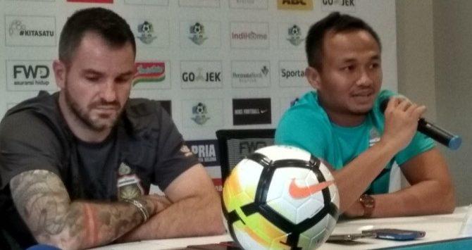 Pelatih Bahayangkara FC Simon McMenemy dan Kiper Wahyu Tri Nugroho saat jumpa pers di Graha Persib Bandung./Foto: via Jawapos