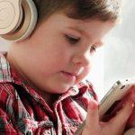 Ilustrasi: Anak-anak menggunakan perangkat smartphone dan headphone. (9to5Mac)